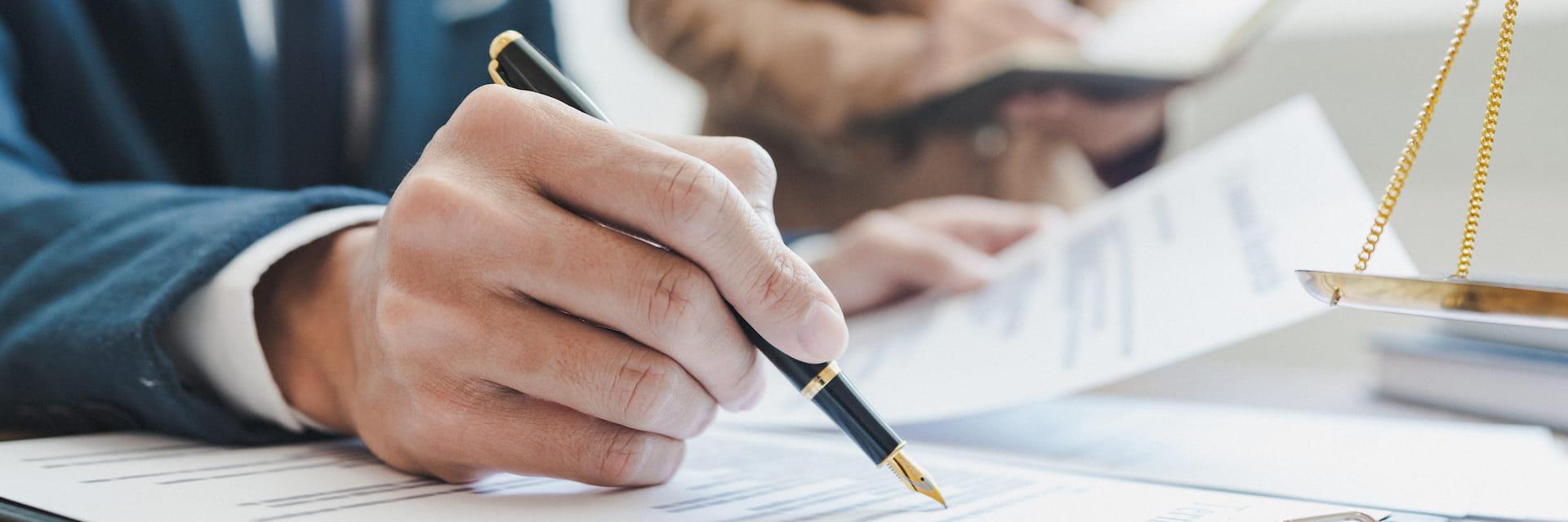 Vertragsunterzeichnung Rechtsanwalt